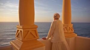 La princesa rumana mira al mar desde el balcón de Emak Bakia.