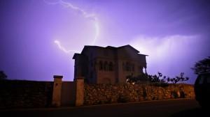 La casa Emak Bakia en medio de la tormenta, en una de las escenas de la película de Oskar Alegria.