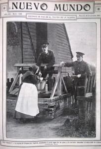 Dos soldados ingleses ayudando a sacar agua de un pozo a una anciana francesa, en cuya casa se alojan.
